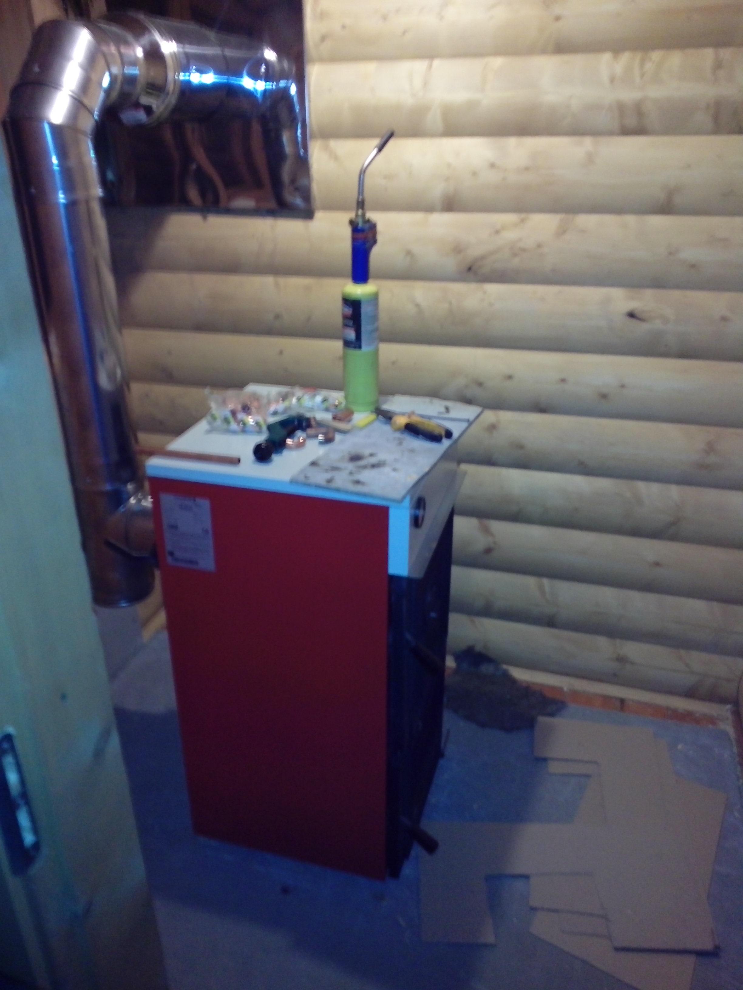Отопление частного дома предполагает широкий выбор энергоносителей для обеспечения тепла и горячего водоснабжения и в зависимости от того, какой энергоноситель доступен, выбирается и тип системы. Также выбор системы отопления частного дома зависит от следующих факторов: